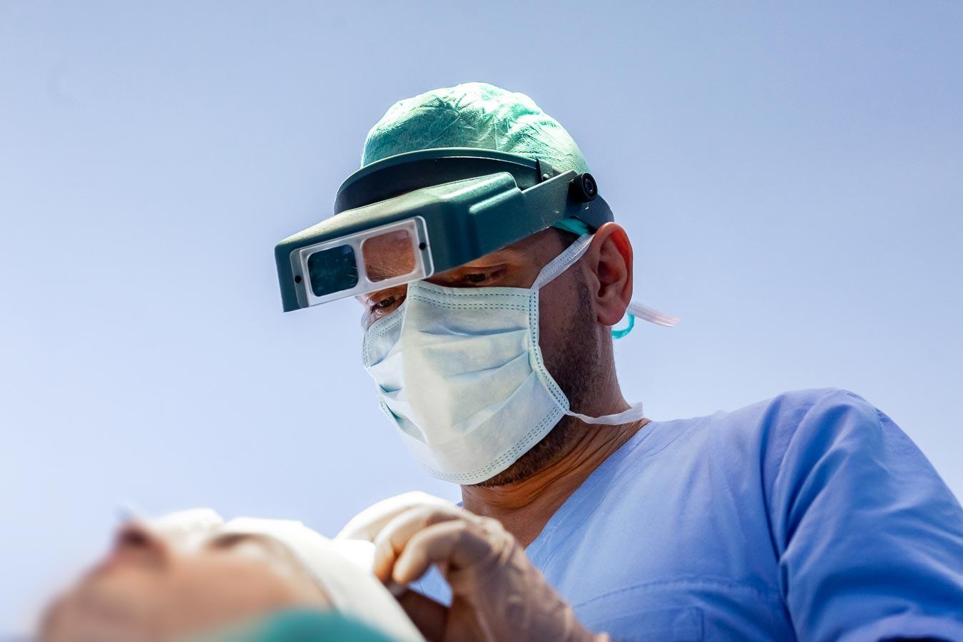 Chirurg plastyczny w trakcie zabiegu transplantacji